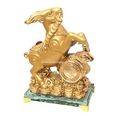 Золотой баран на хрустальной подставке